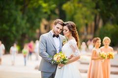 Szczęśliwy państwo młodzi przy parkiem na ich dniu ślubu obrazy royalty free