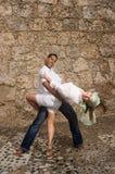 szczęśliwy parę tańczyć zdjęcie stock