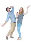 Szczęśliwy para śpiew w mikrofony Obrazy Royalty Free