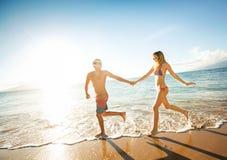Szczęśliwy para bieg na tropikalnej plaży Fotografia Royalty Free