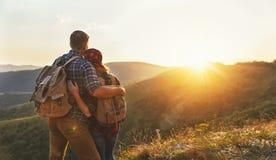 Szczęśliwy para mężczyzna i kobieta turysta na szczyciefal tg0 0n w tym stadium góry przy zmierzchem Obraz Royalty Free