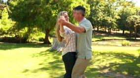Szczęśliwy para taniec w parku zbiory