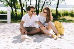 szczęśliwy para wydatki weekend na piaskowatym zdjęcie royalty free