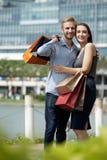 szczęśliwy para zakupy zdjęcie royalty free