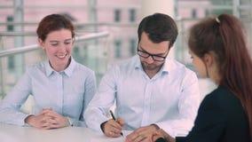 Szczęśliwy para znaka hipoteki kontrakt dostaje klucze nowy dom zdjęcie wideo