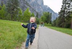 szczęśliwy parkowy działający berbeć zdjęcie stock