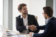 Szczęśliwy partnera biznesowego handshaking po pomyślnego spotkania zdjęcia royalty free