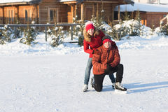 Szczęśliwy pary łyżwiarstwo przy lodowisko zimą fotografia royalty free