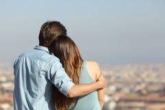 Szczęśliwy pary datowanie kontempluje miasto zdjęcia royalty free