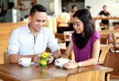 Szczęśliwy pary datowanie przy sklep z kawą Obrazy Royalty Free