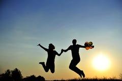 szczęśliwy pary doskakiwanie obrazy stock