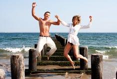 szczęśliwy pary doskakiwanie Zdjęcia Stock