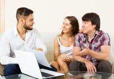 Szczęśliwy pary i sprzedawcy opowiadać Zdjęcia Stock