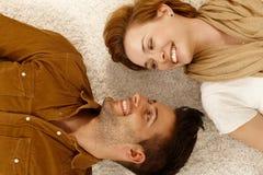 Szczęśliwy pary lying on the beach na dywanie Fotografia Royalty Free
