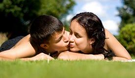 Szczęśliwy pary lying on the beach na trawie. zdjęcia royalty free