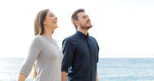 Szczęśliwy pary oddychania świeże powietrze na plaży zbiory wideo