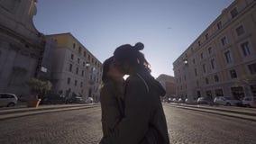 Szczęśliwy pary odprowadzenie w mieście i opowiadać z miękkim naturalnym ranku oświetleniem Mieszana Biegowa para Wsch?d s?o?ca z zbiory wideo