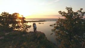 Szczęśliwy pary przytulenie, całowanie przy krawędzią faleza i, powietrzny shoting zbiory wideo