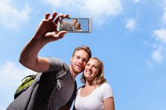 Szczęśliwy pary selfie mądrze telefonem Zdjęcie Royalty Free
