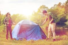 Szczęśliwy pary utworzenia namiot outdoors Obraz Stock