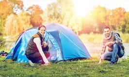 Szczęśliwy pary utworzenia namiot outdoors Obrazy Stock