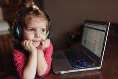 Szczęśliwy piękny dziecko słucha muzyka w hełmofonach Zdjęcie Royalty Free
