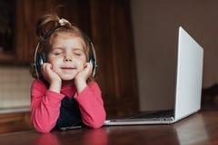 Szczęśliwy piękny dziecko słucha muzyka w hełmofonach Obrazy Royalty Free