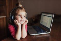 Szczęśliwy piękny dziecko słucha muzyka w hełmofonach Obrazy Stock