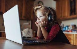 Szczęśliwy piękny dziecko słucha muzyka w hełmofonach Obraz Royalty Free