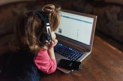 Szczęśliwy piękny dziecko słucha muzyka w hełmofonach Zdjęcie Stock