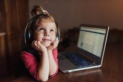 Szczęśliwy piękny dziecko słucha muzyka w hełmofonach Obraz Stock