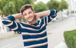 Szczęśliwy piękny mężczyzna pozuje na ulicie z uśmiechem fotografia royalty free