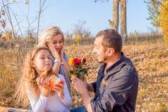 Szczęśliwy piękny młody rodzinny ojciec, matka i córka, obraz royalty free