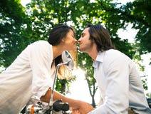 Szczęśliwy piękny pary całowanie Obrazy Stock