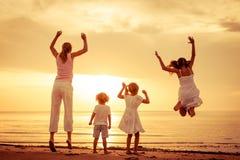 Szczęśliwy piękny rodzinny taniec na plaży zdjęcia stock