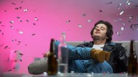 Szczęśliwy pijący facet chłodzi za leżance na przy przyjęciem, confetti spada puszek, relaksuje zdjęcie wideo