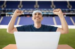 Szczęśliwy po wygrywać sporty zakładają się w stadium obraz stock