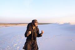 Szczęśliwy podobny Arabski, spacery przez pustyni, uśmiecha się li i cieszy się Zdjęcia Stock