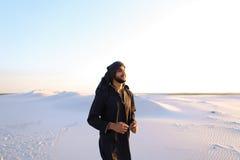 Szczęśliwy podobny Arabski, spacery przez pustyni, uśmiecha się li i cieszy się Obrazy Royalty Free