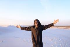 Szczęśliwy podobny Arabski, spacery przez pustyni, uśmiecha się li i cieszy się Obrazy Stock