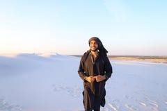 Szczęśliwy podobny Arabski, spacery przez pustyni, uśmiecha się li i cieszy się Obraz Stock