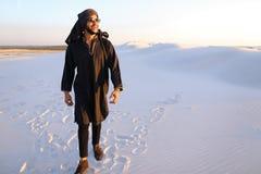 Szczęśliwy podobny Arabski, spacery przez pustyni, uśmiecha się li i cieszy się Zdjęcia Royalty Free