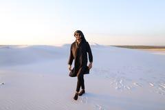 Szczęśliwy podobny Arabski, spacery przez pustyni, uśmiecha się li i cieszy się Obraz Royalty Free