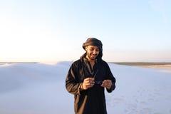 Szczęśliwy podobny Arabski, spacery przez pustyni, uśmiecha się li i cieszy się Zdjęcie Royalty Free