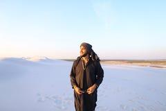 Szczęśliwy podobny Arabski, spacery przez pustyni, uśmiecha się li i cieszy się Fotografia Stock