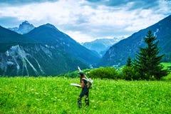 Szczęśliwy podróżnik w górach Zdjęcia Royalty Free