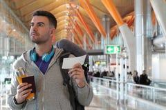 Szczęśliwy podróżnik wsiadać wokoło fotografia royalty free