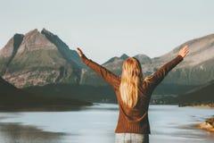 Szczęśliwy podróży kobiety turysta wręcza nastroszone cieszy się Norwegia zmierzchu góry i morze krajobrazowa stylu życia pojęcia obraz stock