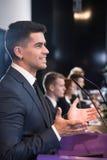 Szczęśliwy polityk podczas konferenci prasowej obraz royalty free