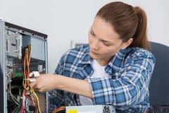Szczęśliwy pomoc techniczna inżynier robi wadliwe działanie diagnozy klienta komputerowi Fotografia Stock